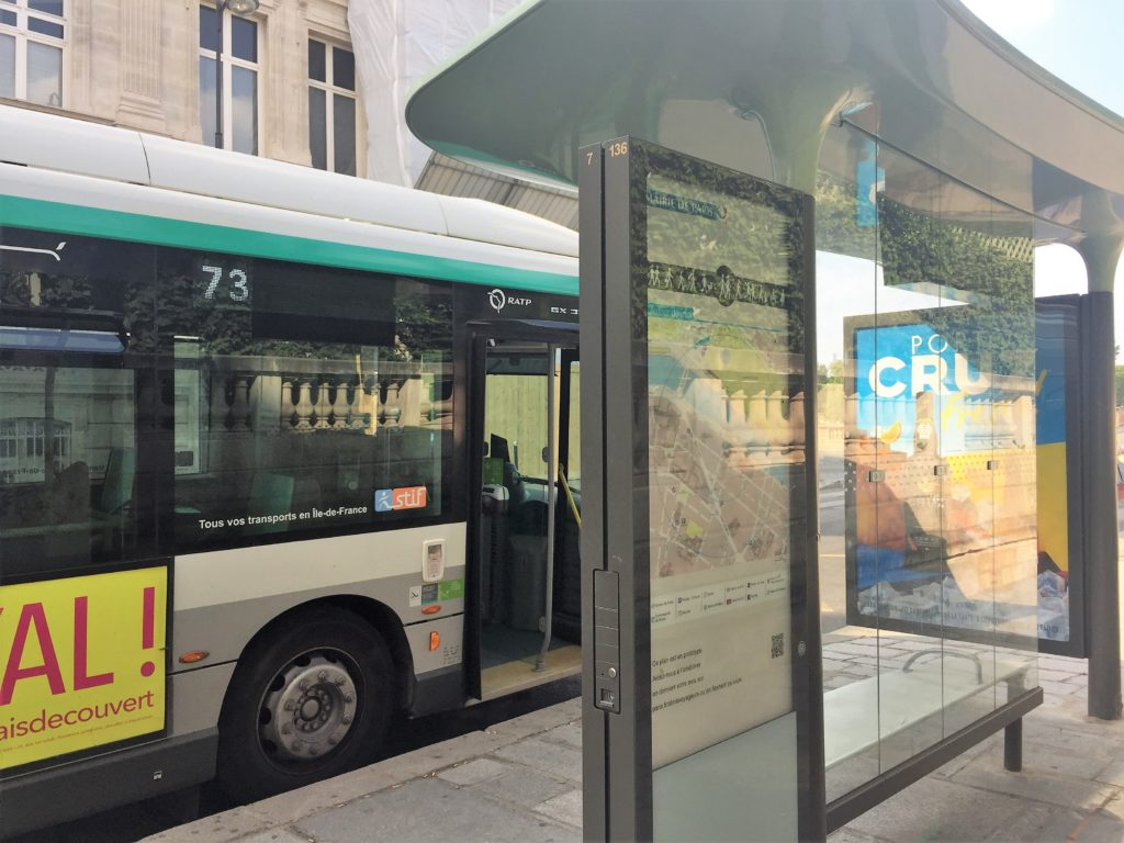 パリの通常のバス