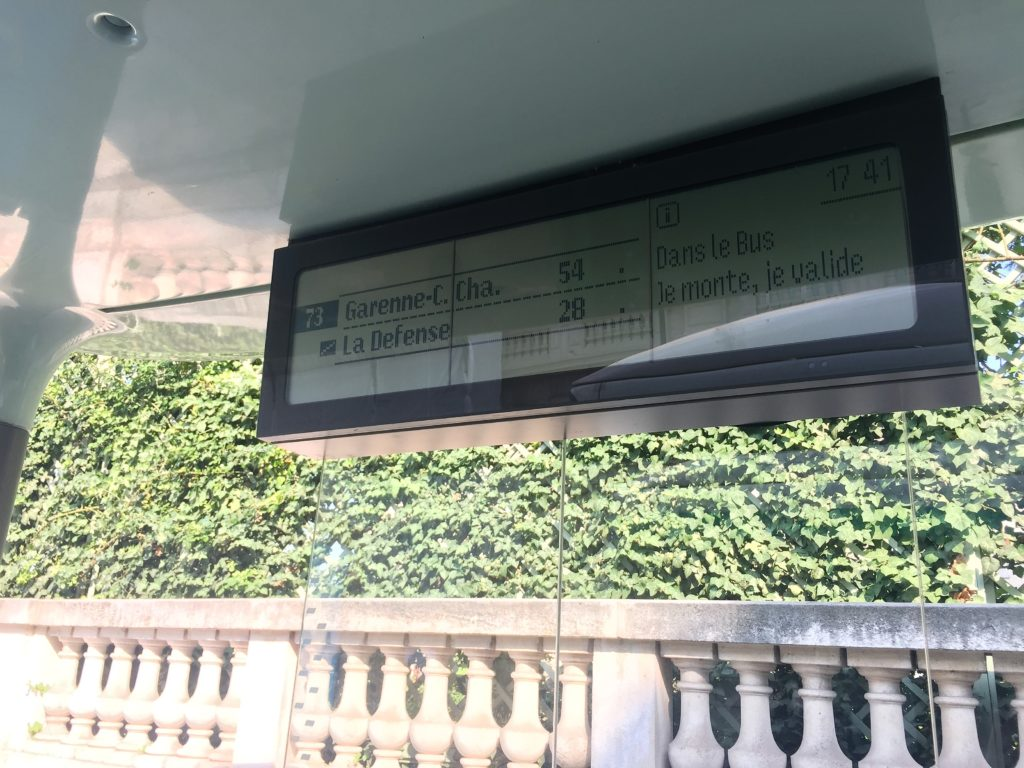 パリのバス停留所の案内表示