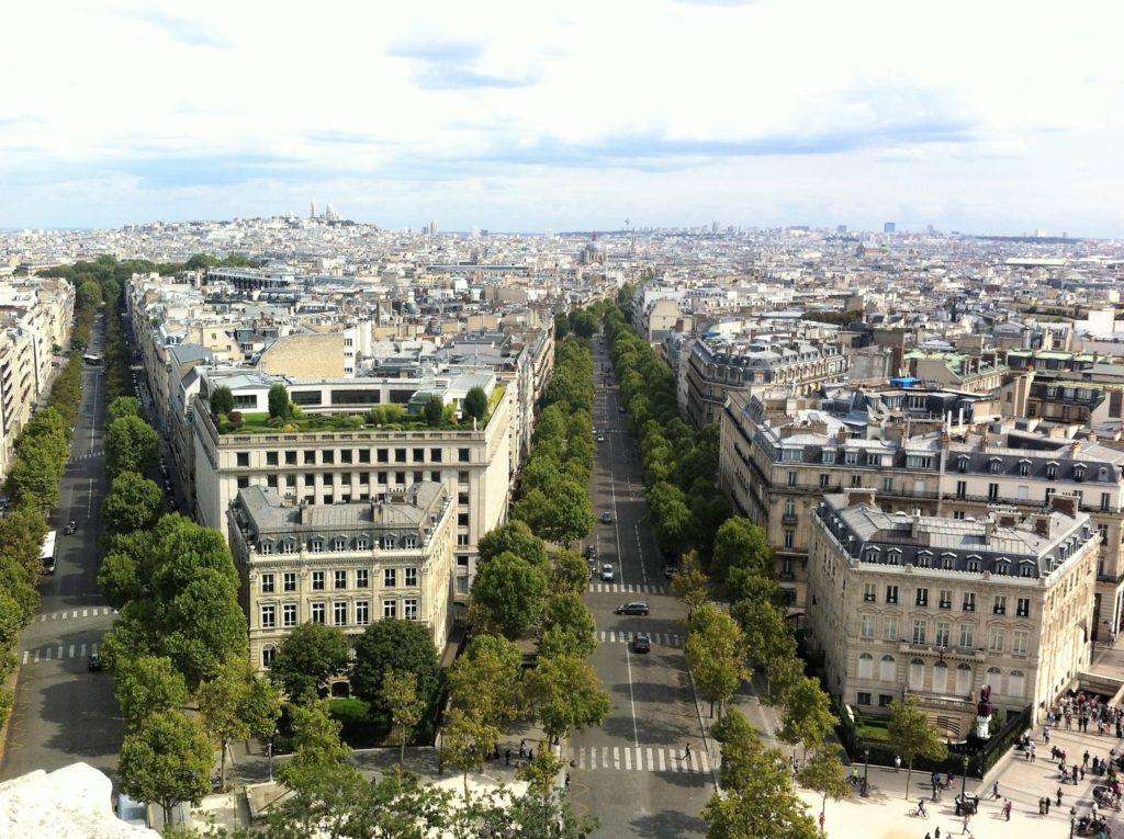 凱旋門の上から見たモンマルトル方面の景色