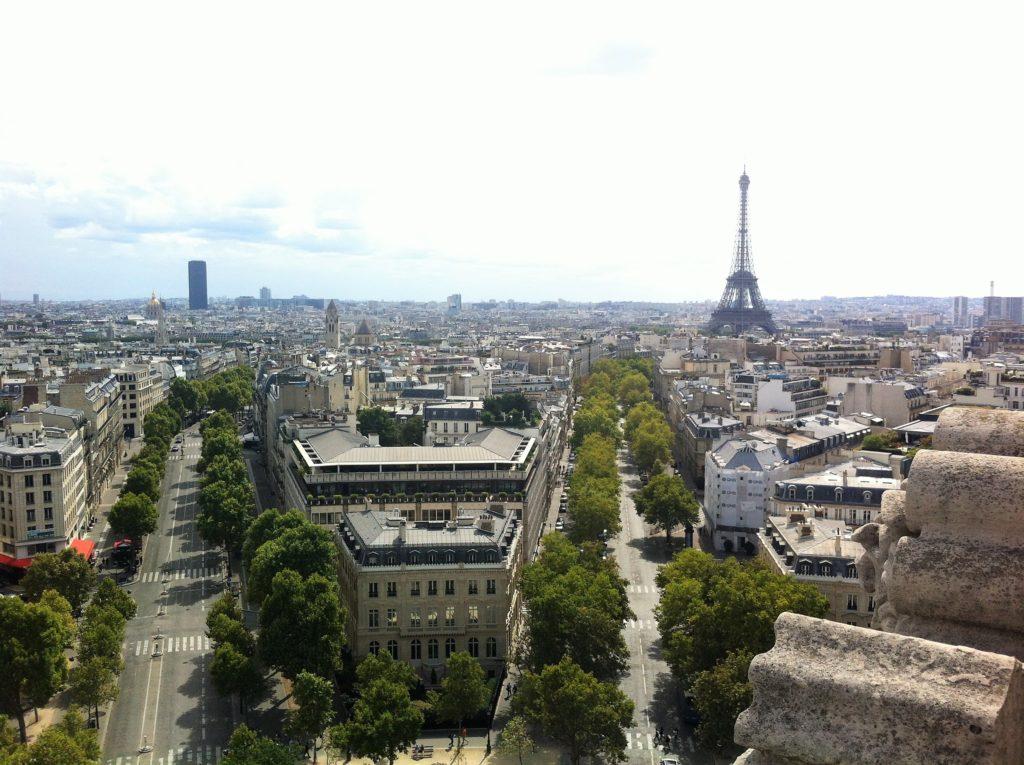 凱旋門の上から見たエッフェル塔方面の景色