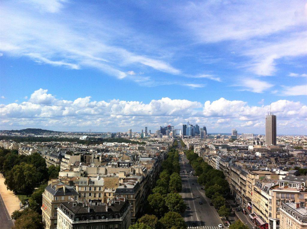 凱旋門の上から見たディファンス方面の景色