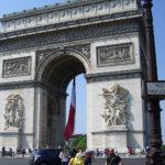 フランスの国旗を掲げる凱旋門