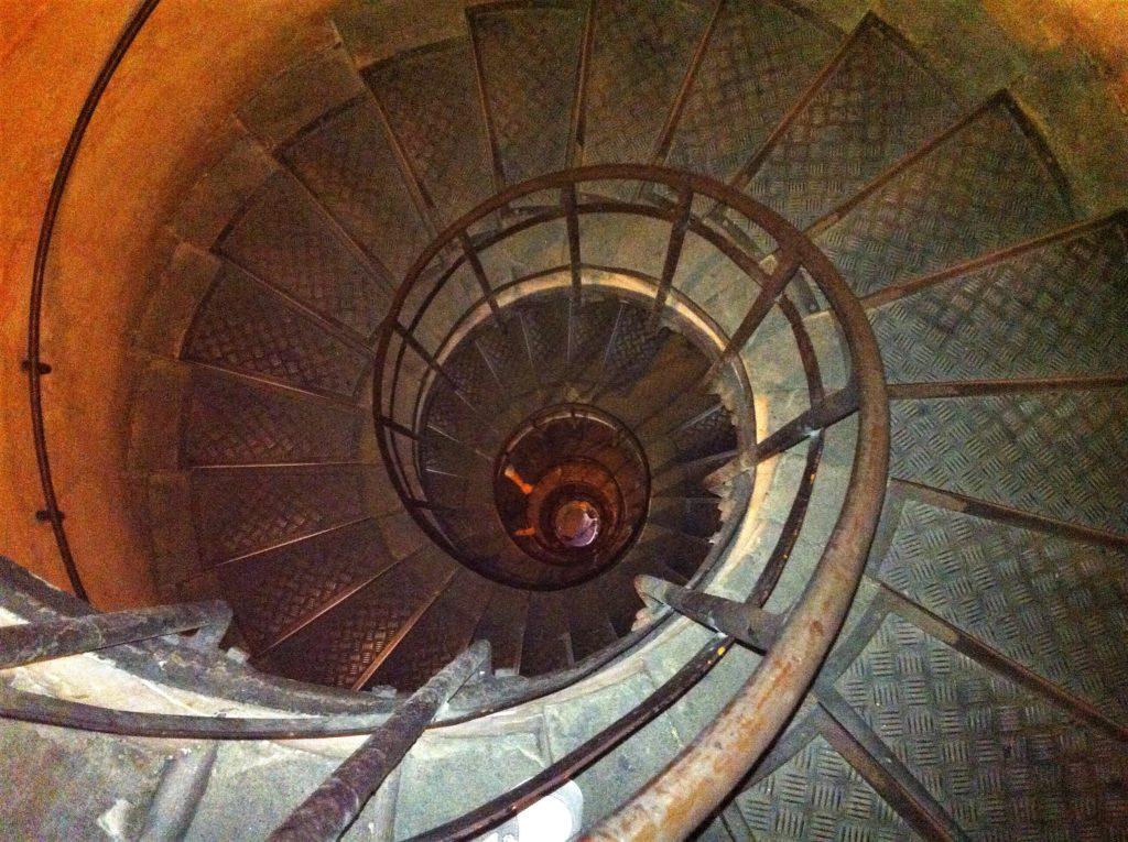 凱旋門に登るための螺旋階段
