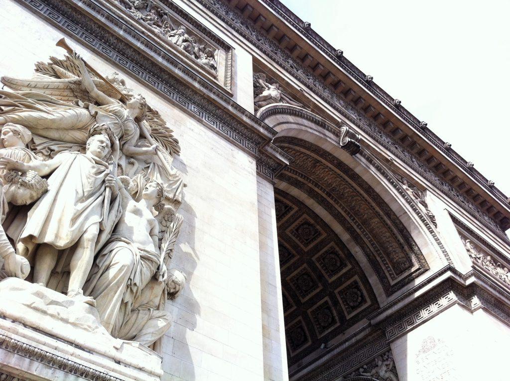 凱旋門のコルトー作の「1810年の勝利の彫刻