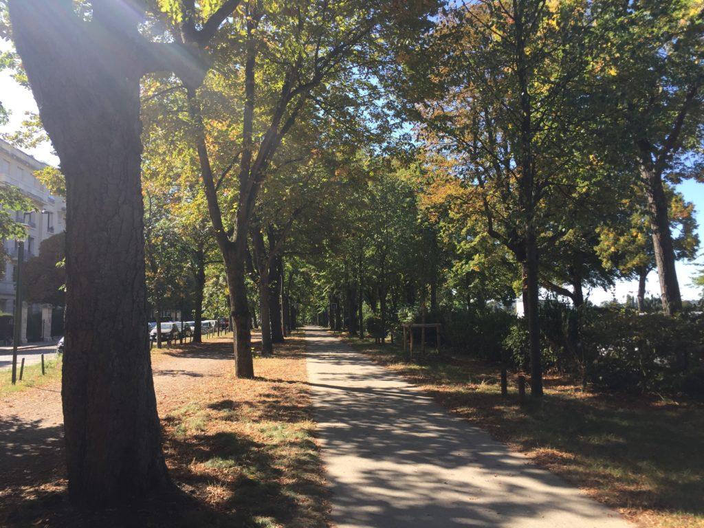 パリのオートゥイユ競馬場の前の遊歩道