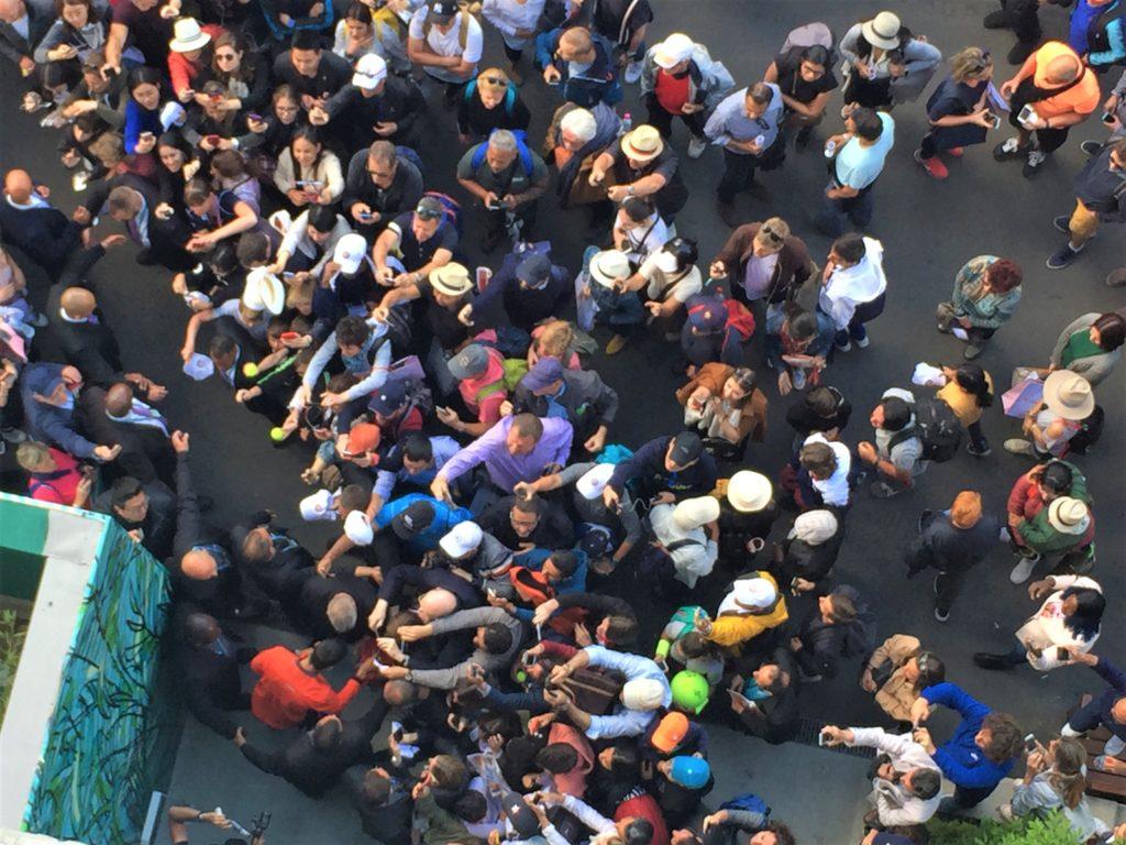 全仏オープンの試合後に出待ちをしているファンに囲まれるノバク・ジョコビッチ選手