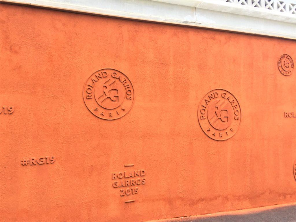 ローラン・ギャロスのロゴが入った土壁